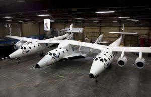 Spaceshiptwo unter seinem Trägerflugzeug das es bis in 15000 meter höhe bringt