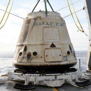 Dragon Kapsel CRS-10 nach der Bergung aus dem Ozean