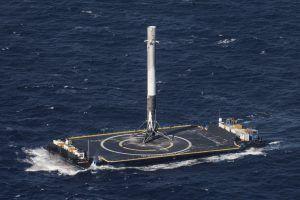 Falcon 9 Erststufe nach dem Start von CRS-8