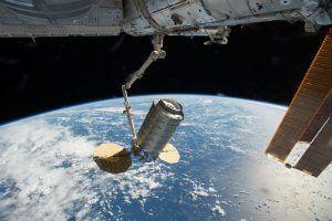 Die Cygnuskapsel an der ISS am Greifarm