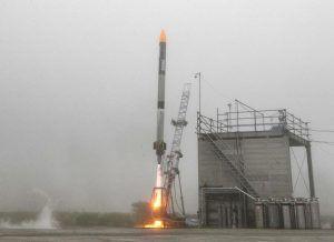 Japanische Rakete Momo kurz nach dem Abheben