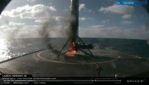 Die Erste Stufe kurz nach der Landung brennt noch an den Merlin Triebwerken