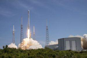 Die Falcon 9 Rakete startet